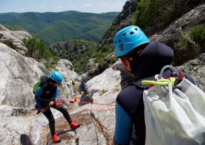 Apprentissage des techniques de progression dans le canyon du torrent d'Albine au Caroux