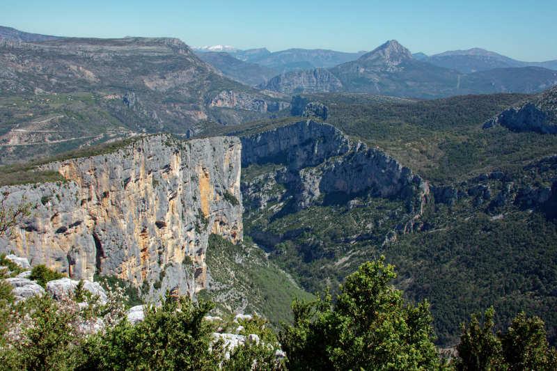 Vue sur le site d'escalade et les falaises du Verdon depuis un belvédère