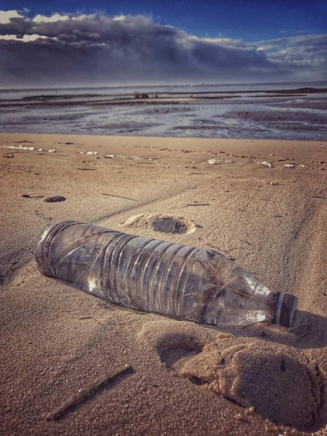 Bouteille en plastique sur une plage