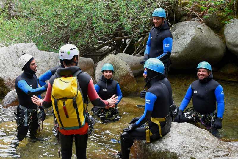 Briefing et consignes de sécurité d'un moniteur lors d'une sortie canyoning