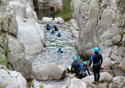 Un groupe de canyoning suit un moniteur dans le canyon du Tapoul