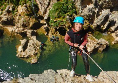 descente en rappel au-dessus de l'eau