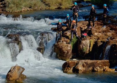 Un groupe saute dans la rivière