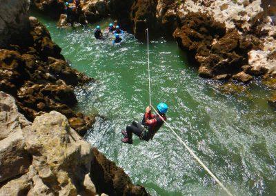 Descente en tyrolienne dans une rivière