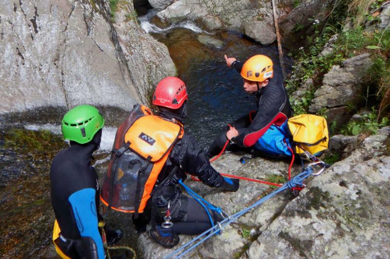 Communication entre futurs moniteurs de canyoning lors du DEJEPS Canyonisme