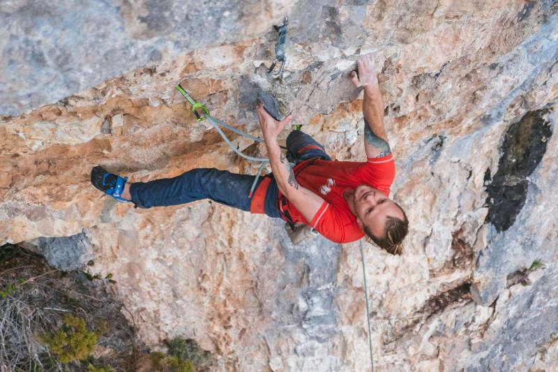 Grimpeur faisant de l'escalade en falaise
