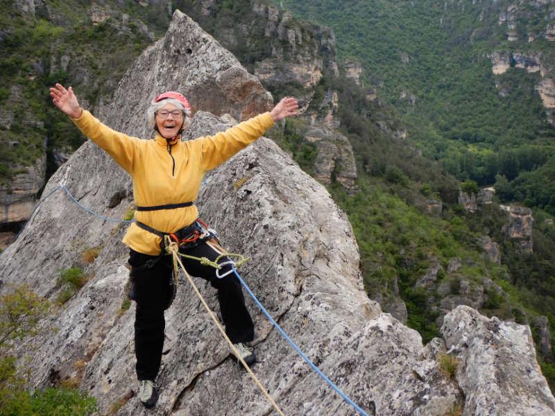 Personne au sommet d'une falaise dans le Tarn