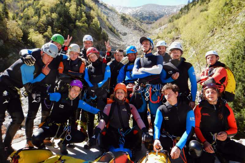 Groupe de futurs moniteurs de canyoning pendant le DEJEPS Canyonisme