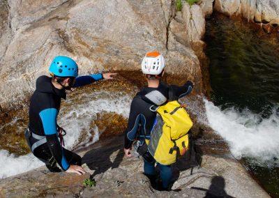 Lecture et préparation d'un saut en canyoning dans le Rec Grand au Caroux