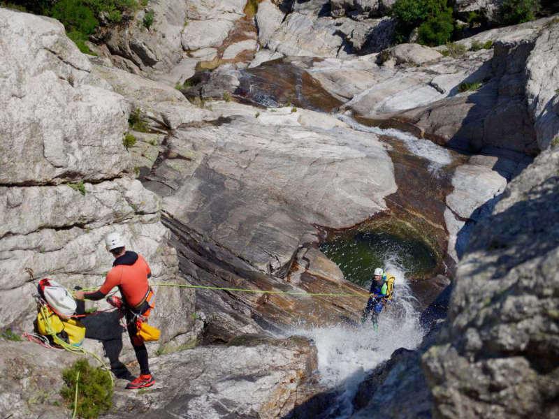 Descente en rappel d'une grand cascade au Caroux