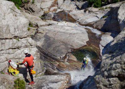 Maîtriser les codes de communication en canyoning dans une grande cascade au Caroux