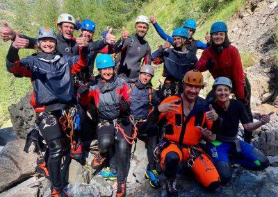 Partage d'expériences et ambiance de groupe conviviale en canyoning