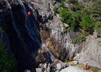 Rappel débrayable du bas dans une grande cascade du Torrent d'Albine