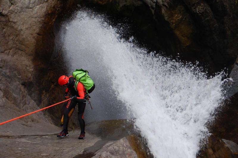 Descente en rappel dans le geyser du canyon des Oules de Freissinières dans les Hautes-Alpes