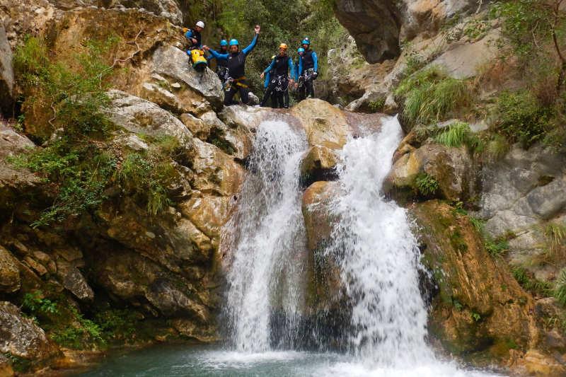 Un groupe de canyonistes saute une cascade dans le canyon de la Maglia dans les Alpes-Maritimes