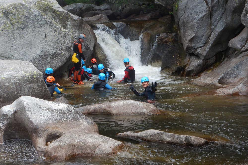 Canyoning rappel au-dessus de l'eau