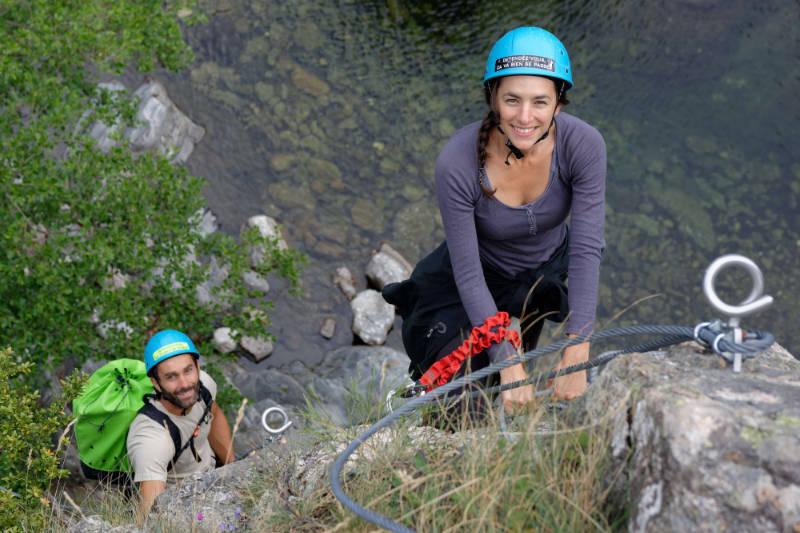 Entre amis au-dessus de l'eau dans la via ferrata de Rousses en Lozère