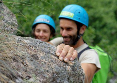 2 personnes souriant dans la via ferrata de Rousses en Lozère