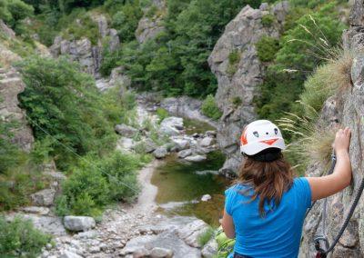 Vue sur le Tarnon avant une tyrolienne dans la via ferrata de Rousses en Lozère