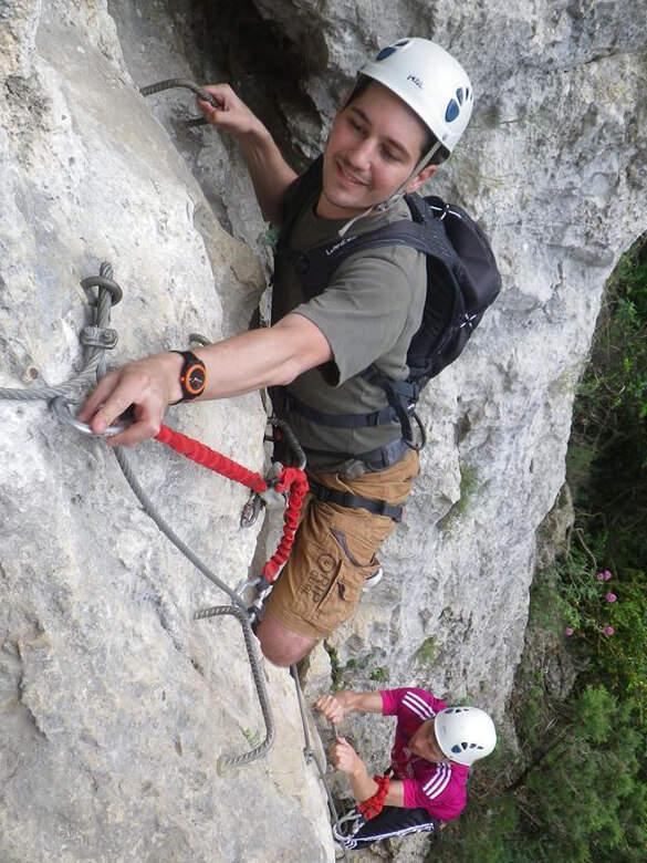 2 personnes grimpent des barreaux dans la via ferrata du Thaurac