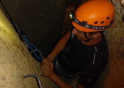 Passage souterrain dans la via ferrata du Thaurac dans l'Hérault