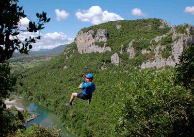 Personne faisant une tyrolienne de la via ferrata du Thaurac dans l'Hérault