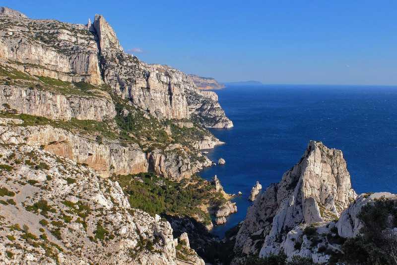 Vue sur les falaises des Calanques et la mer Méditerranée